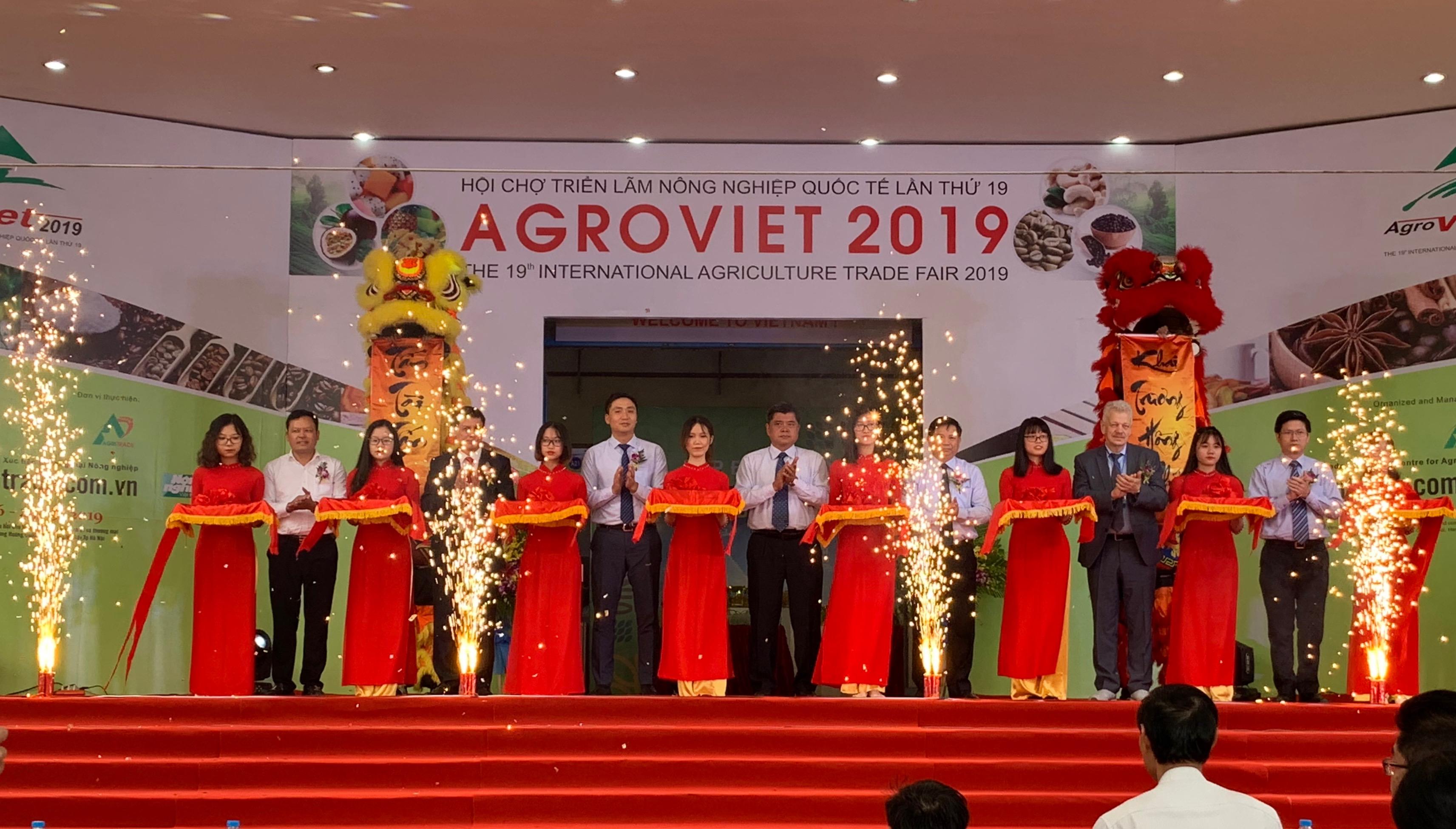 Các đại biểu cắt bằng khai mạc Hội chợ AgroViet 2019