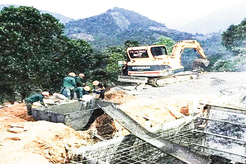 Đổ bê tông bù móng nâng tiết diện đường dây tải điện đoạn qua huyện Đakrông. Ảnh: LK