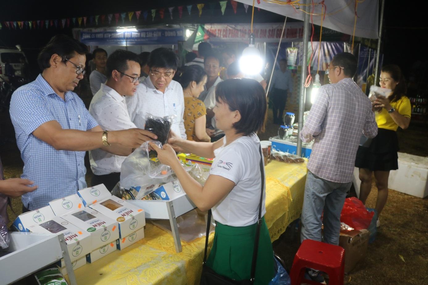 Các đại biểu tham quan gian hàng tại phiên chợ.
